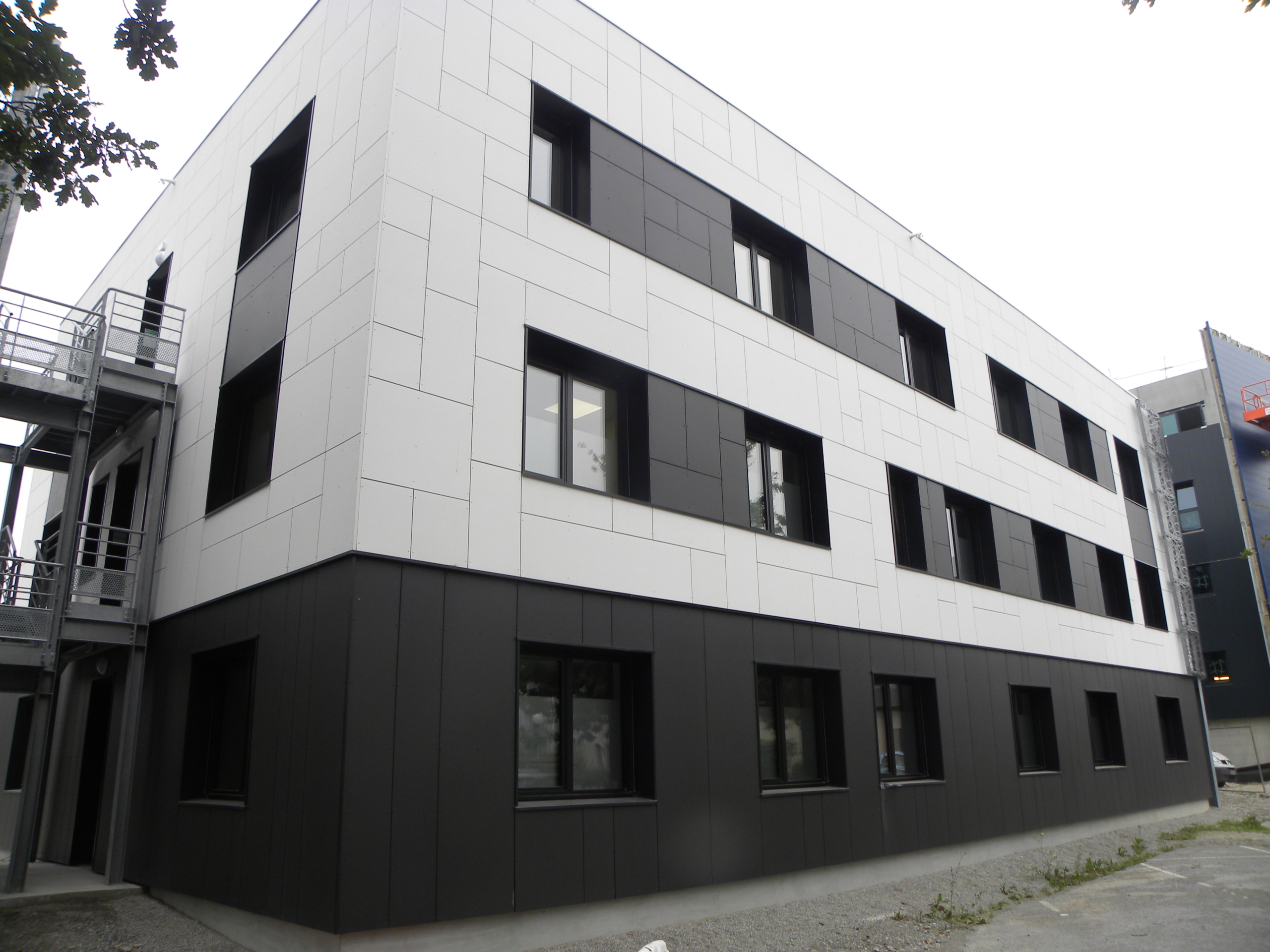 Maison de santé de Vern-sur-Seiche (35) - panneaux fibrociment TECTIVA blanc et NATURA noir