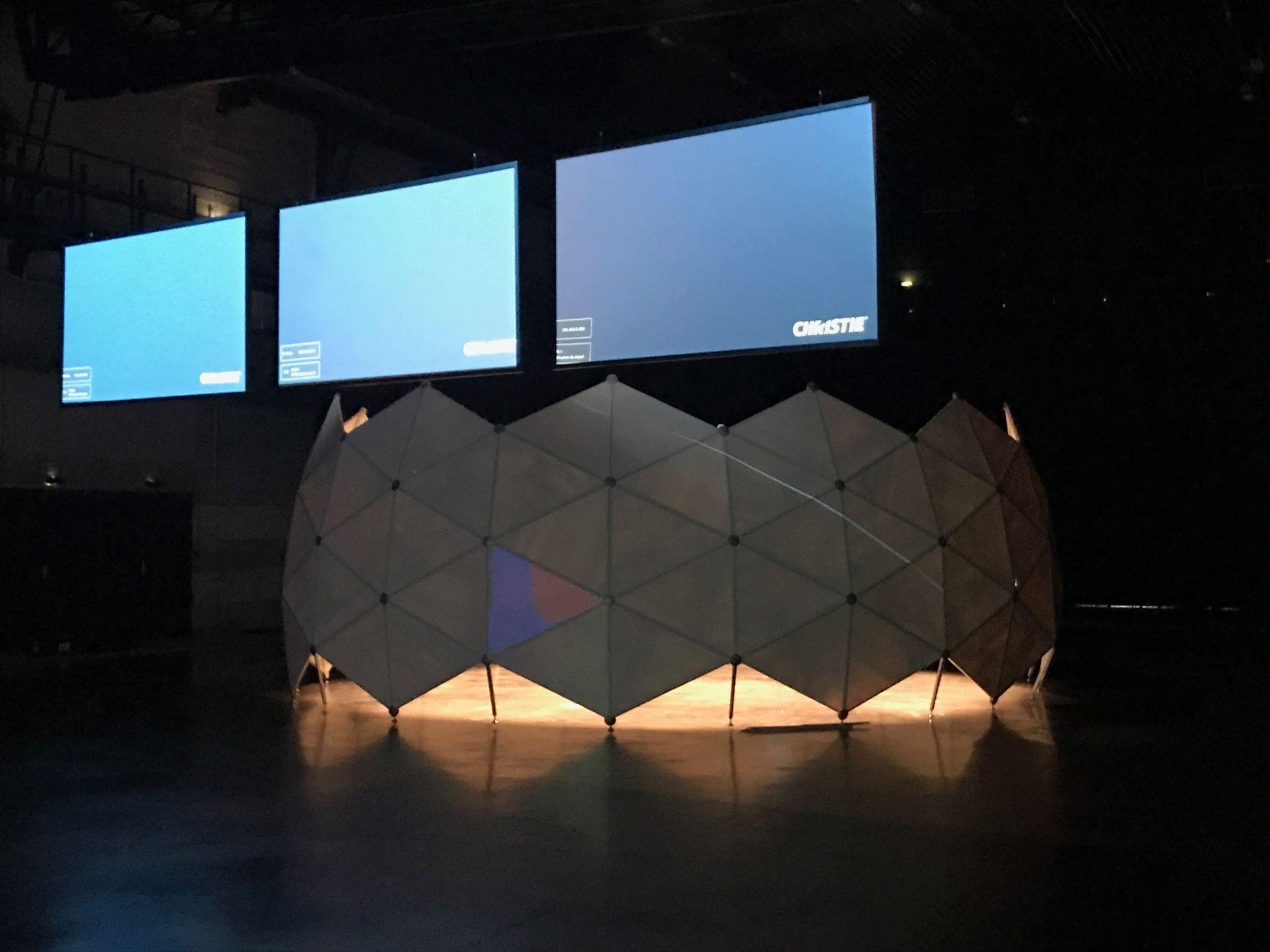 découpe de 120 triangles en polyester et fabrication de cadres triangulaires en aluminium anodisé