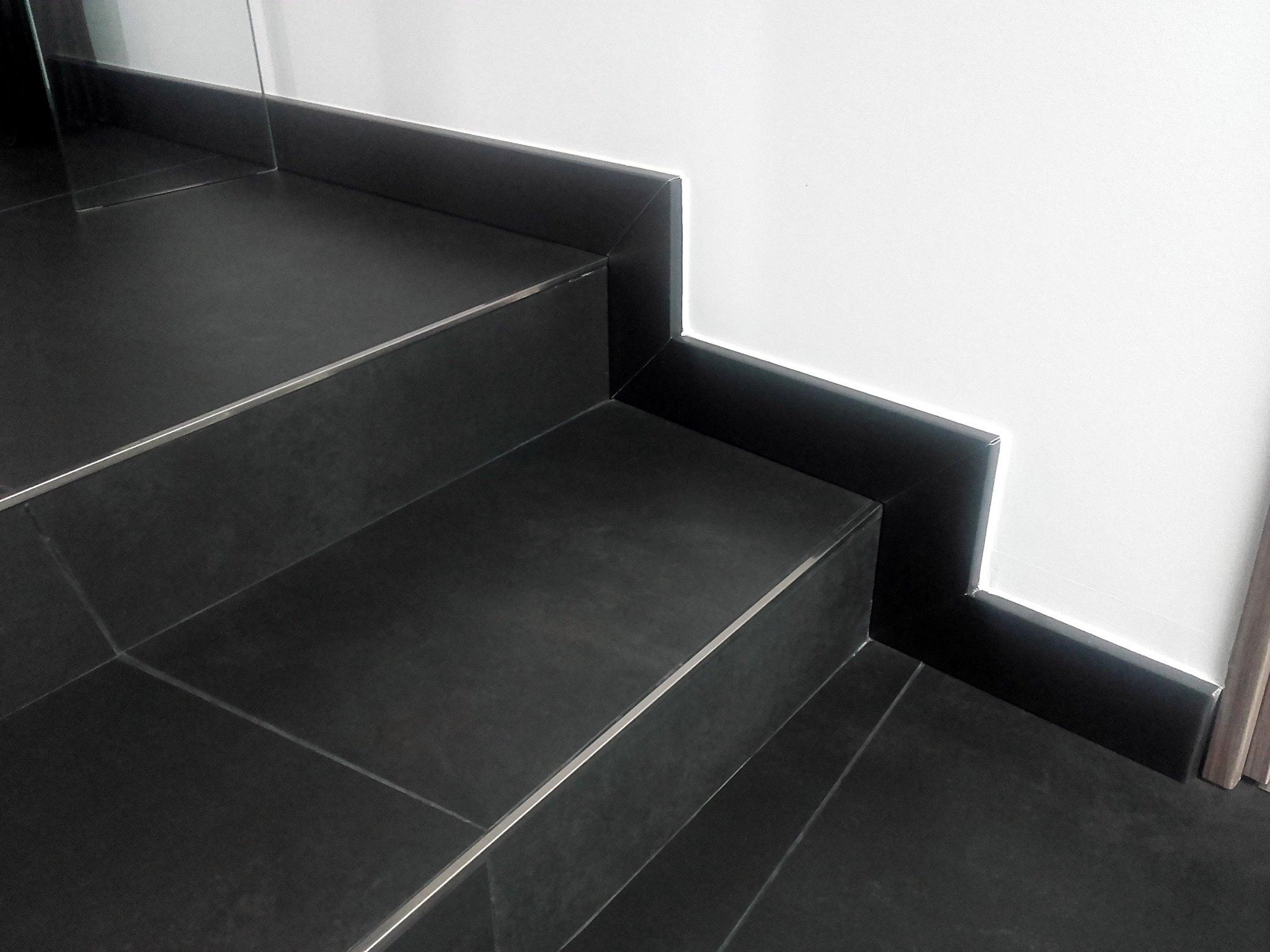 plinthes à emboîtement, en aluminium épaisseur 15/10, laquées en coloris noir 2100 sablé