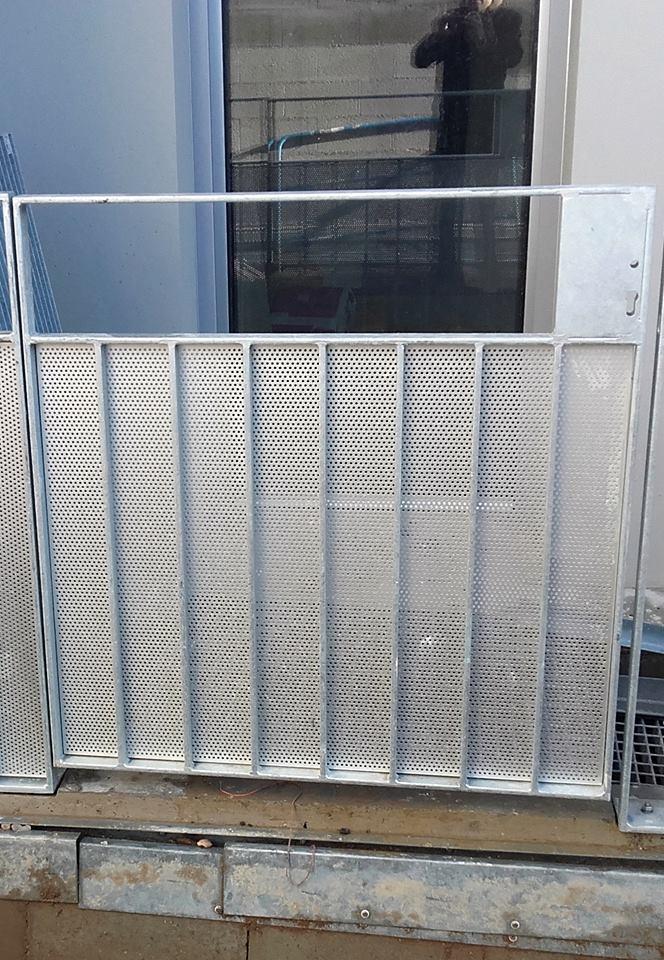 façade et les gardes-corps habillés de fines cassettes en aluminium anodisé.