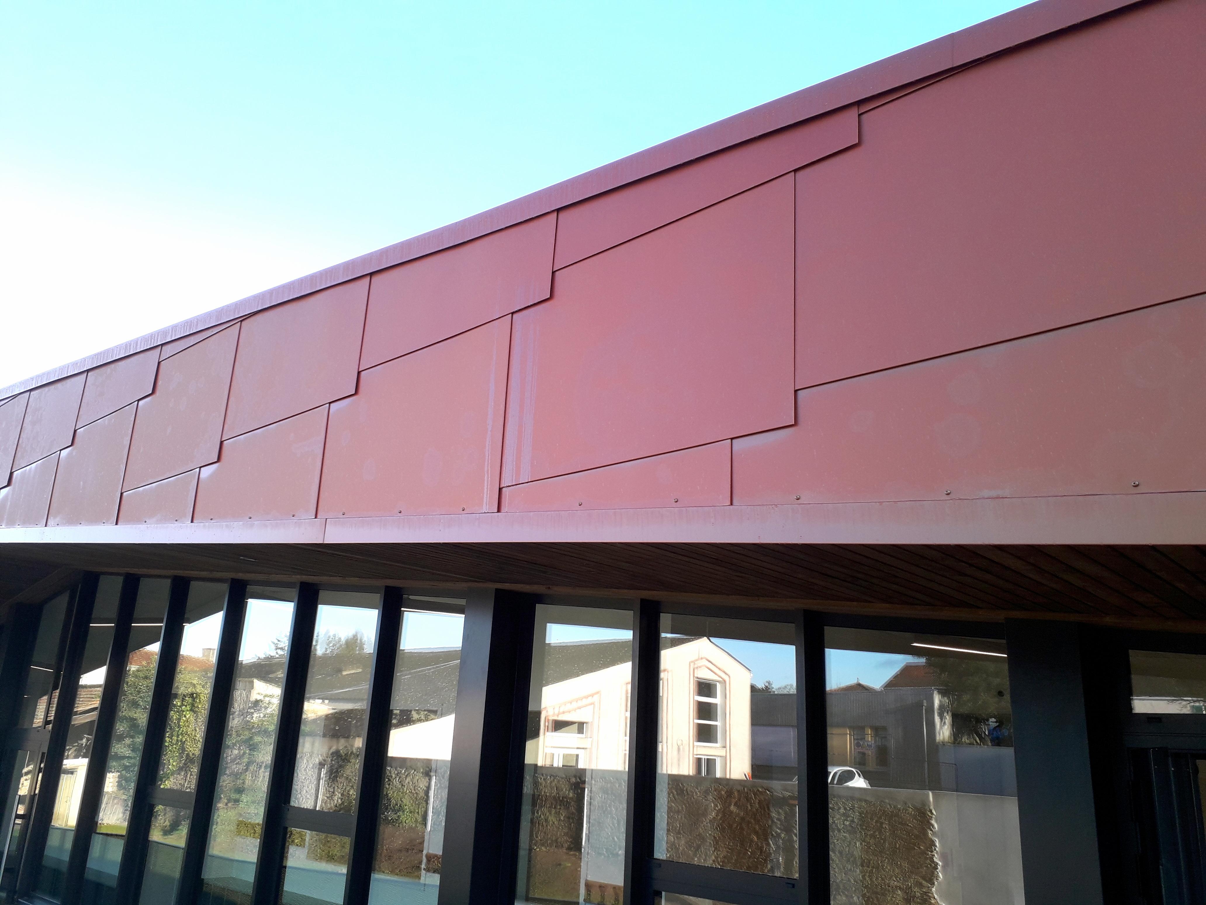 CIBA OUARY - Pôle enfance de Port-Saint-Père avec façade en écailles métalliques orangées