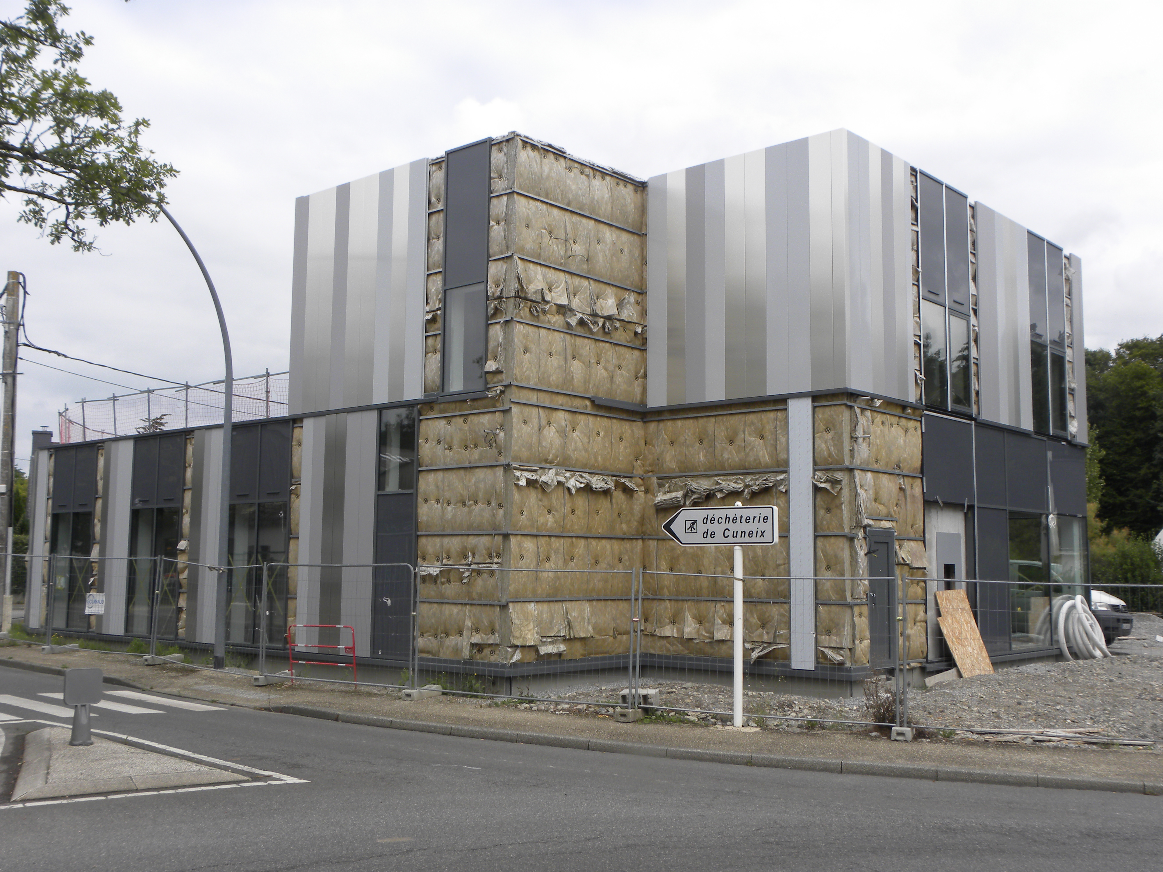 lames de bardage, posées verticalement et habillant les 4 façades du bâtiment