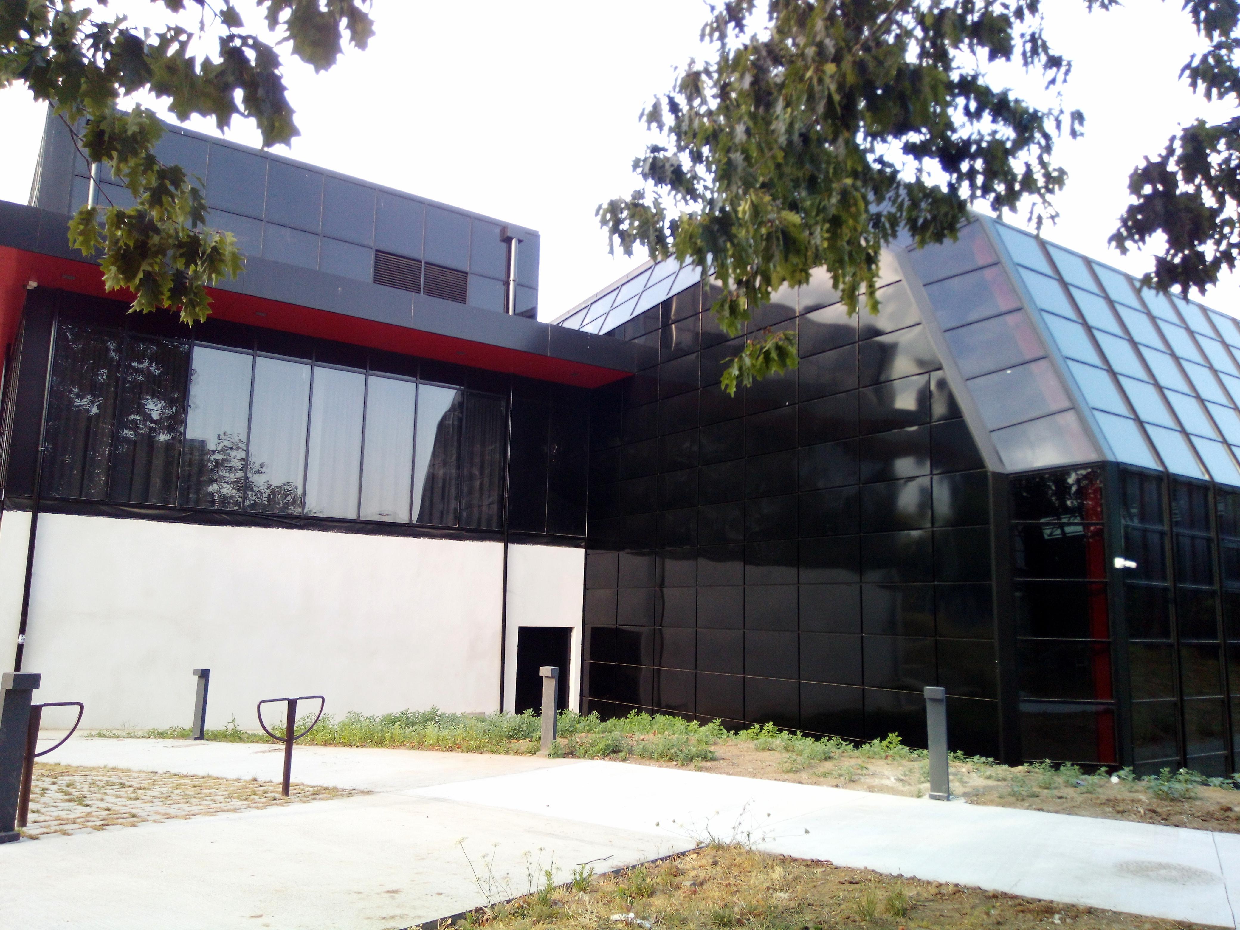 Façade du Palais des sports de Nantes Beaulieu en cassettes métalliques fabriquées par CIBA OUARY