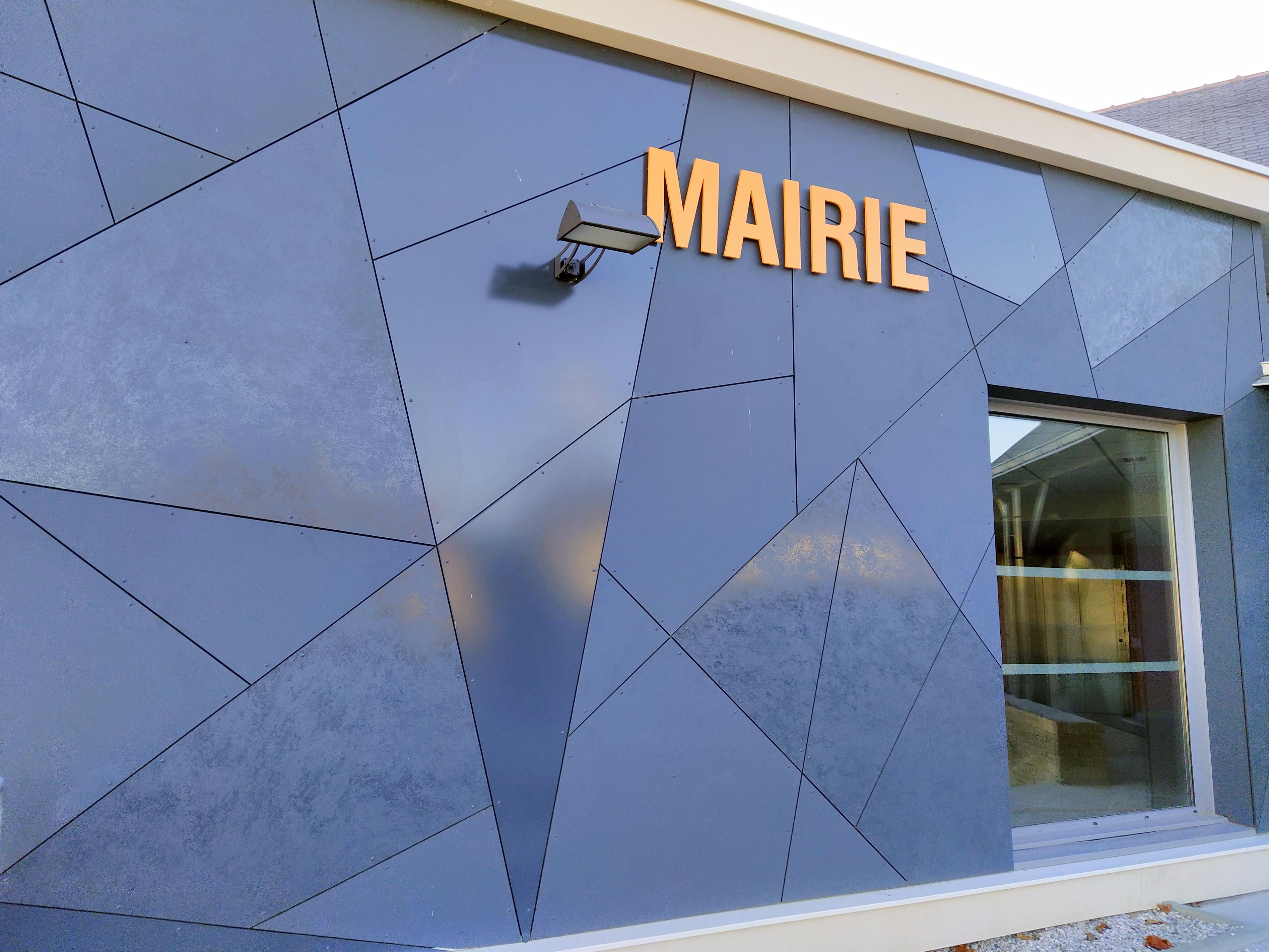 Façade de la mairie de Petit-Mars en panneaux TRESPA METEON LUMEN usinés par CIBA OUARY