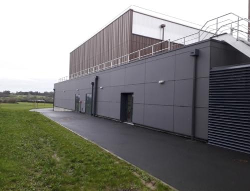 ZOOM CHANTIER – Le Sport'Co de Beaucouzé revêtu d'un parement de façade en fibrociment