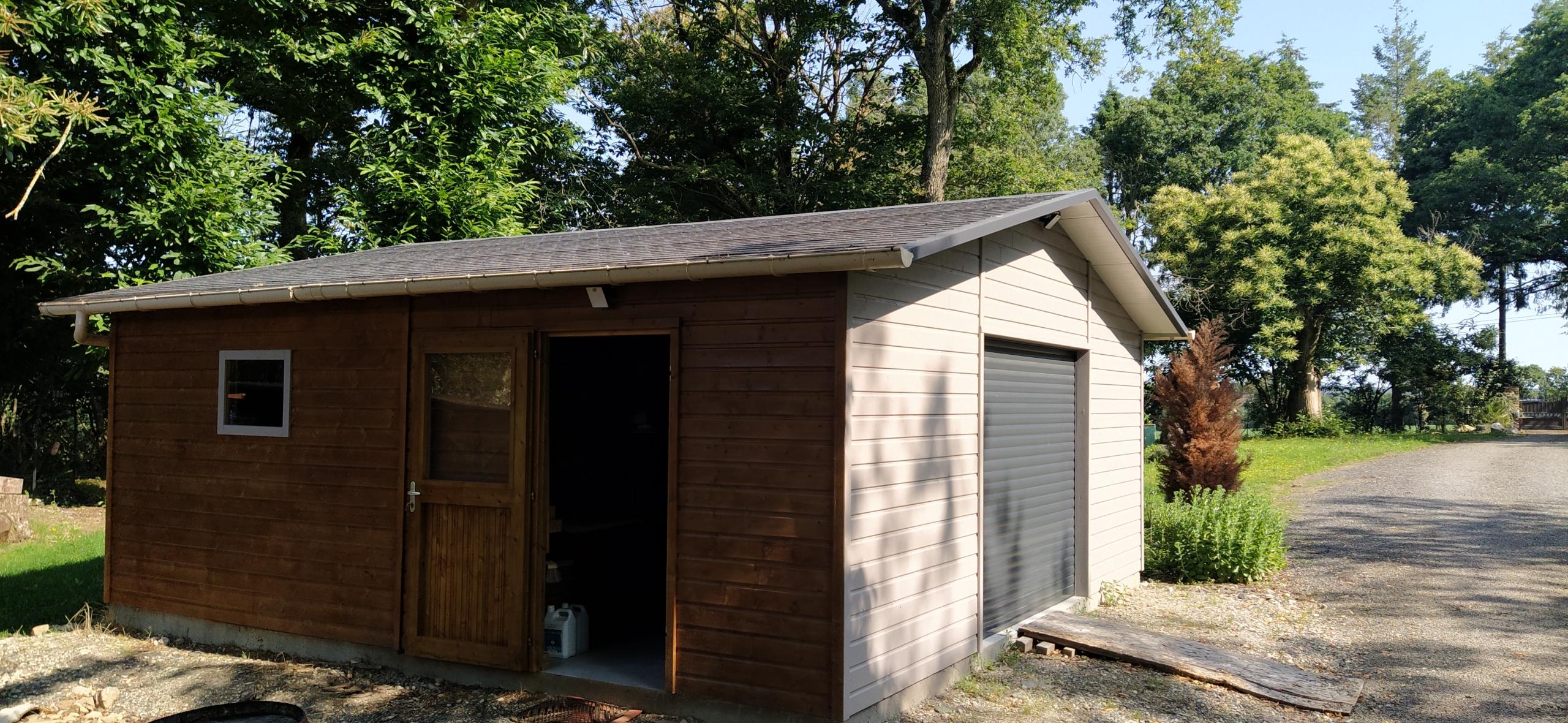 Garage avec toiture en panneau sandwich imitation ardoise COUVERTISOL