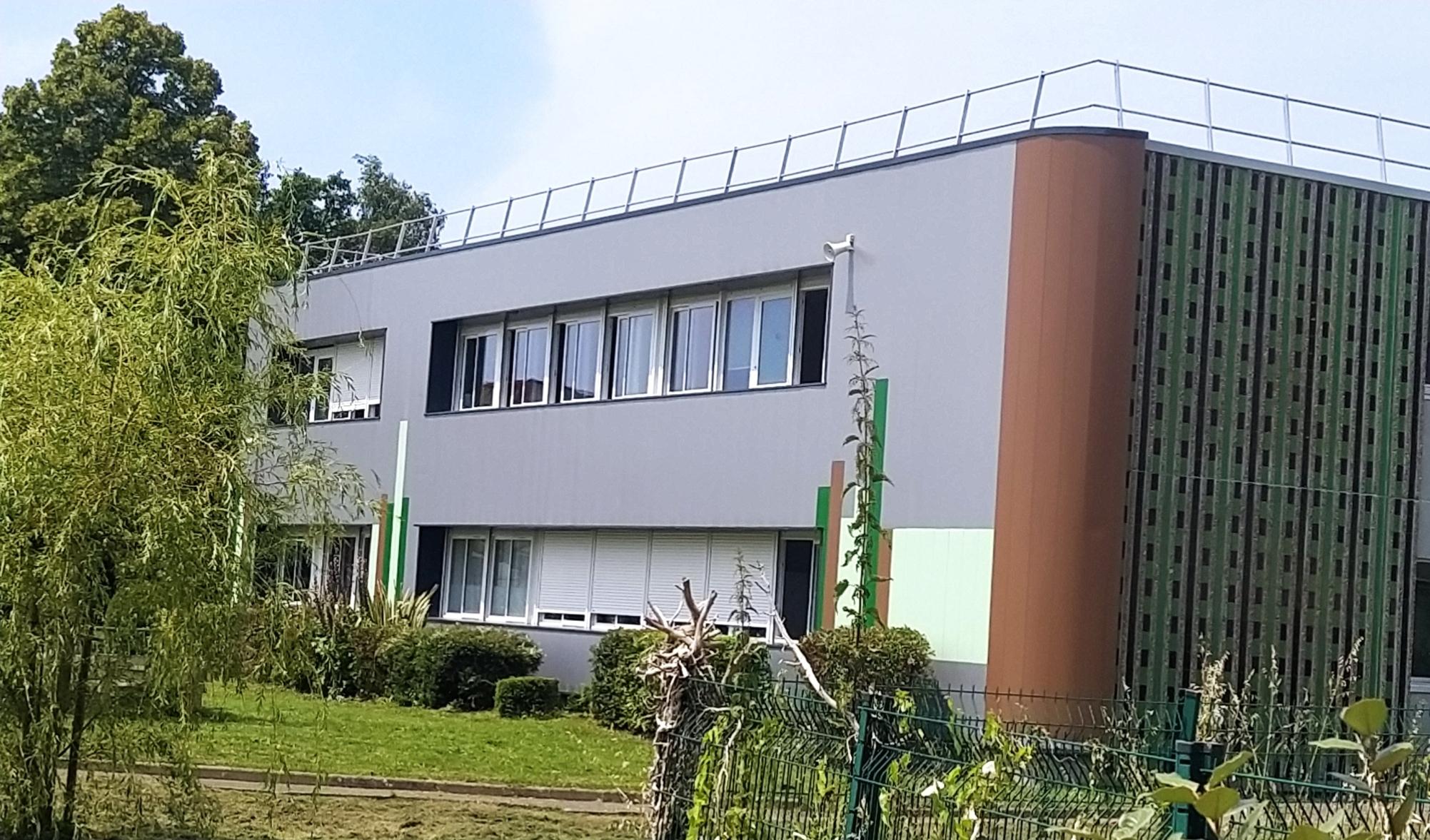 Façade du collège René Char de Saint Joachim en lames de bardage métalliques FACEO CLAD