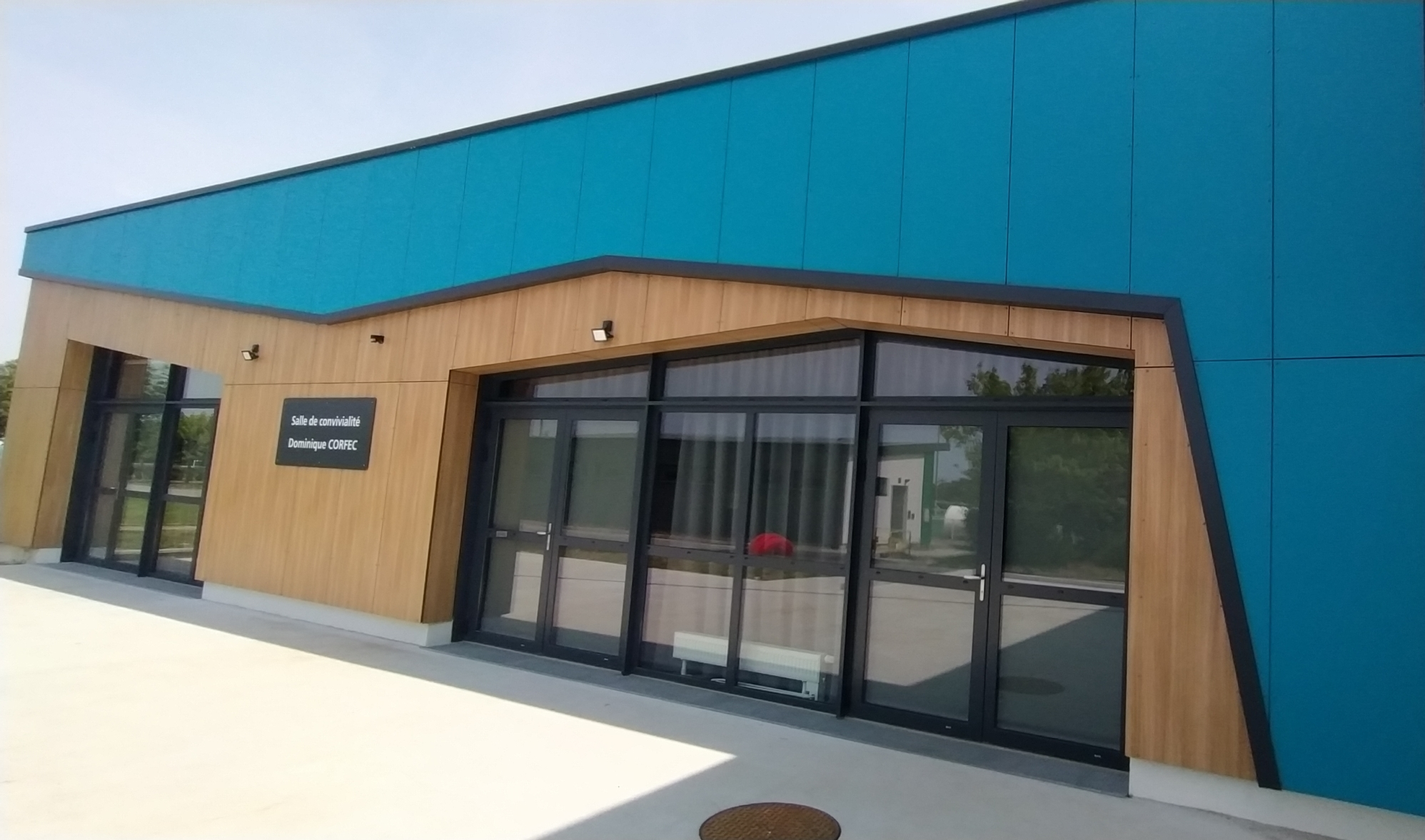 Salle de convivialité Dominique Corfec en polyrey HPL bleu pacifique et chêne provence