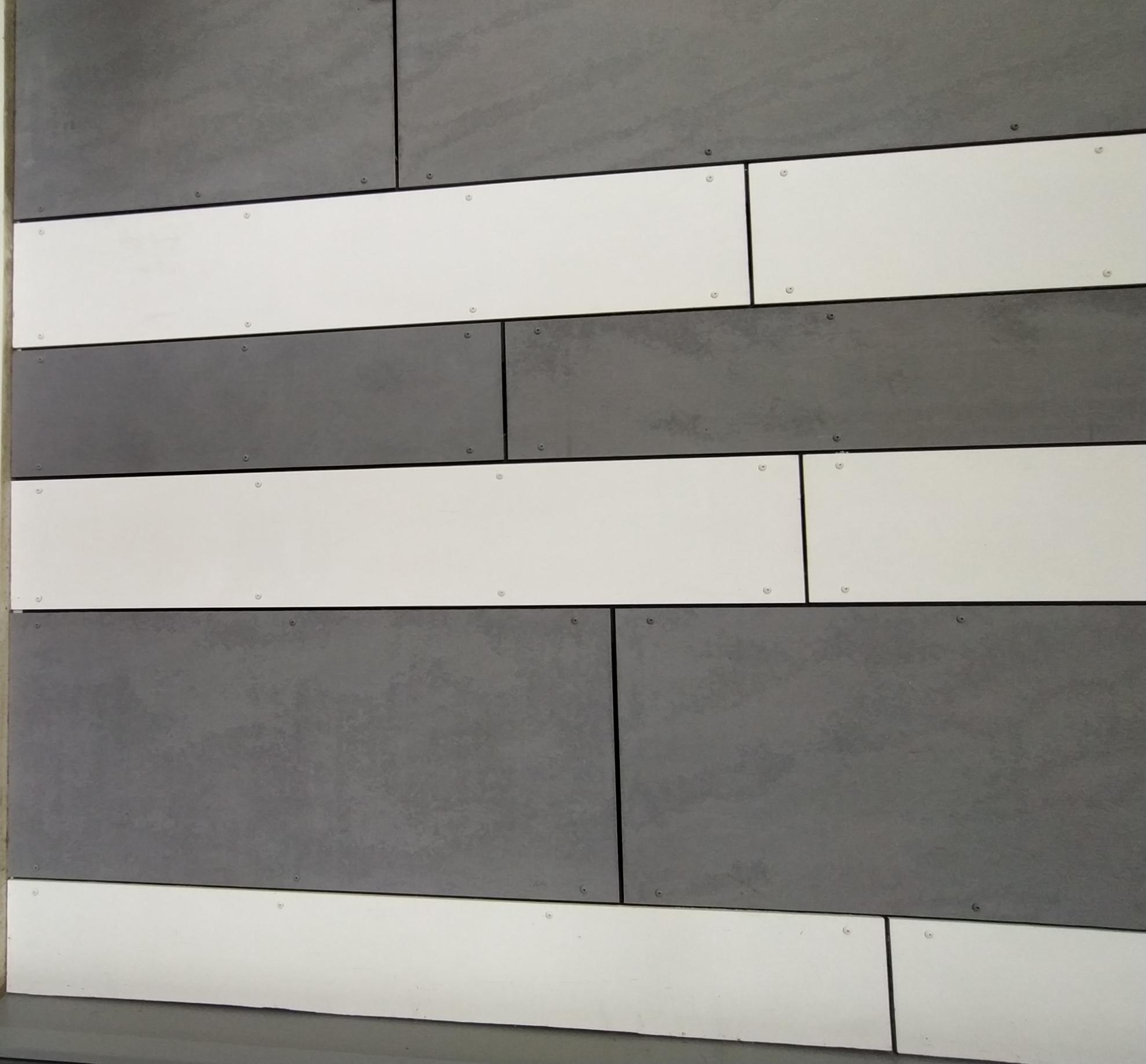 Façade Monsieur Bricolage Bain de Bretagne en panneaux fibrociment Tectiva gris et blancs